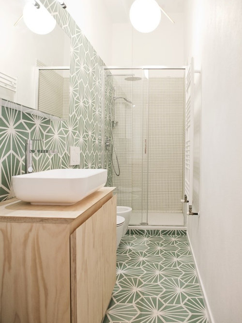 Bagno con piastrelle di cemento e pareti verdi - Foto, Idee, Arredamento