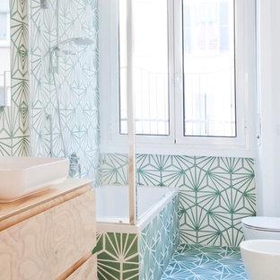 Ispirazione per una piccola stanza da bagno padronale eclettica con ante a filo, ante in legno chiaro, vasca ad angolo, piastrelle verdi, piastrelle di cemento, pareti verdi, pavimento con cementine, lavabo a bacinella, top in legno, pavimento verde e porta doccia a battente