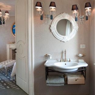 Imagen de cuarto de baño romántico con baldosas y/o azulejos rosa, paredes grises, suelo de terrazo y lavabo tipo consola