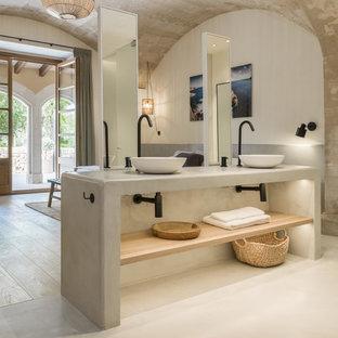 Idee per una stanza da bagno mediterranea con nessun'anta, pareti bianche, lavabo a bacinella, pavimento beige e top grigio