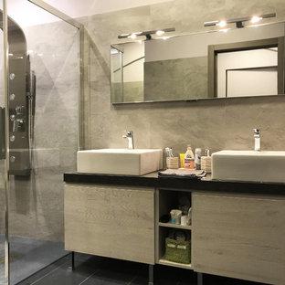 他の地域の小さいモダンスタイルのおしゃれなバスルーム (浴槽なし) (インセット扉のキャビネット、グレーのキャビネット、段差なし、マルチカラーのタイル、磁器タイル、ピンクの壁、スレートの床、ベッセル式洗面器、珪岩の洗面台、黒い床、開き戸のシャワー、黒い洗面カウンター) の写真