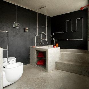 他の地域のエクレクティックスタイルのおしゃれな浴室 (オープンシェルフ、コンクリートの洗面台) の写真