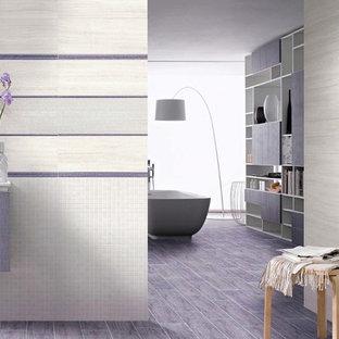 Großes Modernes Badezimmer En Suite mit flächenbündigen Schrankfronten, lila Schränken, japanischer Badewanne, farbigen Fliesen, Keramikfliesen, Keramikboden und lila Boden in Sonstige