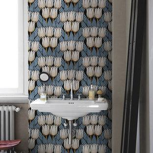 Ispirazione per una stanza da bagno design con pareti grigie, lavabo sospeso e pavimento beige