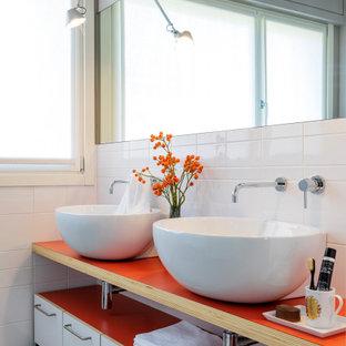 Свежая идея для дизайна: ванная комната среднего размера в современном стиле с открытыми фасадами, белыми фасадами, белой плиткой, настольной раковиной, серым полом и красной столешницей - отличное фото интерьера