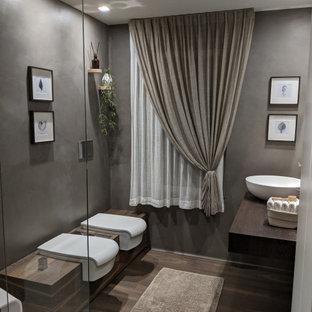 Стильный дизайн: большая ванная комната в современном стиле с плоскими фасадами, белыми фасадами, душем без бортиков, инсталляцией, коричневыми стенами, темным паркетным полом, душевой кабиной, настольной раковиной, столешницей из дерева, коричневым полом, открытым душем, коричневой столешницей, нишей, тумбой под одну раковину, подвесной тумбой и многоуровневым потолком - последний тренд