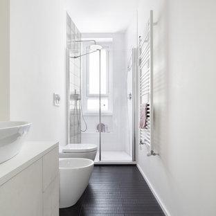 Идея дизайна: ванная комната среднего размера в современном стиле с плоскими фасадами, белыми фасадами, душем в нише, биде, белыми стенами, деревянным полом, душевой кабиной, настольной раковиной, черным полом и душем с распашными дверями
