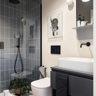 Idéer för ett modernt grå badrum, med släta luckor, grå skåp, en dusch i en alkov, grå kakel, beige väggar, ett fristående handfat och rosa golv