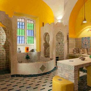 На фото: ванная комната в восточном стиле с полом из терракотовой плитки с