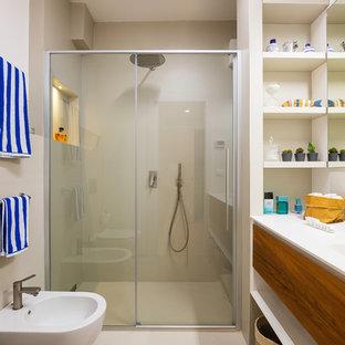 Esempio di una piccola stanza da bagno con doccia costiera con ante lisce, ante in legno bruno, doccia a filo pavimento, piastrelle beige, pareti beige, top in superficie solida, pavimento beige, porta doccia scorrevole, top bianco e bidè