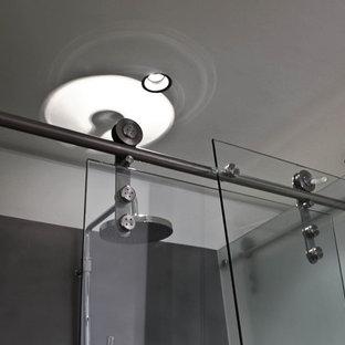 На фото: маленькая ванная комната в стиле модернизм с белыми фасадами, душем без бортиков, раздельным унитазом, черно-белой плиткой, металлической плиткой, белыми стенами, темным паркетным полом, душевой кабиной, настольной раковиной и мраморной столешницей с