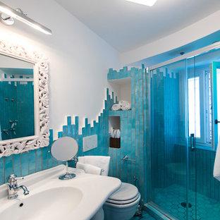 Diseño de cuarto de baño con ducha, marinero, pequeño, con ducha empotrada, sanitario de una pieza, azulejos en listel, paredes blancas, suelo con mosaicos de baldosas y lavabo suspendido