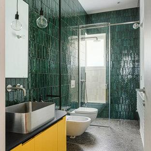 Пример оригинального дизайна: большая ванная комната в современном стиле с фасадами с декоративным кантом, желтыми фасадами, открытым душем, инсталляцией, зеленой плиткой, керамической плиткой, зелеными стенами, мраморным полом, душевой кабиной, настольной раковиной, столешницей из ламината, серым полом и черной столешницей