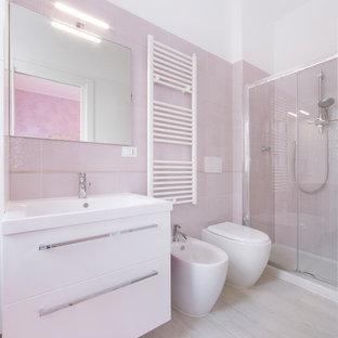 Foto de cuarto de baño con ducha, marinero, de tamaño medio, con armarios con paneles lisos, puertas de armario blancas, ducha empotrada, bidé, baldosas y/o azulejos rosa, baldosas y/o azulejos de cerámica, paredes blancas y lavabo encastrado
