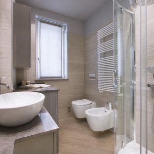 Idee per una stanza da bagno con doccia minimal di medie dimensioni con ante lisce, ante grigie, doccia ad angolo, WC sospeso, piastrelle beige, piastrelle in gres porcellanato, pareti grigie, pavimento in gres porcellanato, lavabo a bacinella, pavimento beige, porta doccia a battente e top grigio