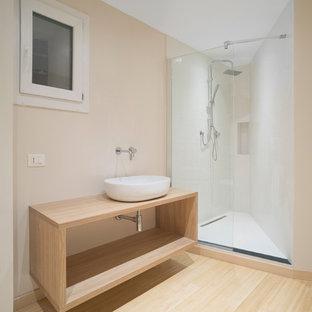 Foto de cuarto de baño con ducha, escandinavo, pequeño, con armarios abiertos, puertas de armario de madera clara, ducha empotrada, sanitario de dos piezas, baldosas y/o azulejos blancos, baldosas y/o azulejos de porcelana, paredes beige, suelo de bambú, lavabo sobreencimera, encimera de madera, suelo marrón y ducha abierta
