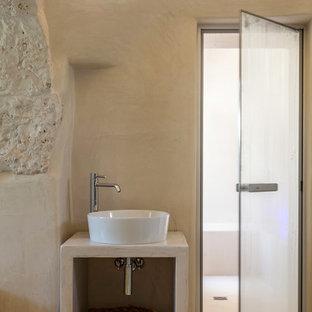 Idee per una sauna mediterranea di medie dimensioni con nessun'anta, ante beige, vasca idromassaggio, doccia a filo pavimento, WC monopezzo, pareti beige, pavimento in cemento, lavabo a bacinella, top in cemento, pavimento beige, doccia aperta e top beige