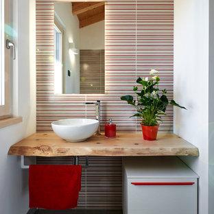 Immagine di una piccola stanza da bagno minimal con piastrelle multicolore, pareti bianche, lavabo a bacinella, top in legno, top beige, nessun'anta, ante bianche, pavimento con piastrelle in ceramica e pavimento grigio