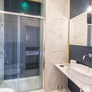 Стильный дизайн: маленькая ванная комната в стиле фьюжн с душем в нише, инсталляцией, синей плиткой, керамогранитной плиткой, белыми стенами, полом из керамогранита, душевой кабиной, настольной раковиной, мраморной столешницей, белым полом, душем с раздвижными дверями, белой столешницей, тумбой под одну раковину, напольной тумбой и многоуровневым потолком - последний тренд