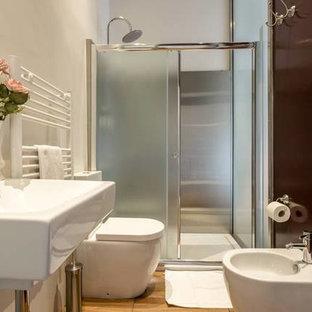 Foto di una piccola stanza da bagno con doccia stile shabby con doccia a filo pavimento, WC a due pezzi, piastrelle rosse, piastrelle a specchio, pareti multicolore, parquet chiaro e lavabo a bacinella