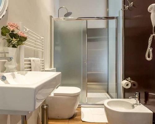Stanza da bagno con piastrelle rosse e piastrelle a specchio