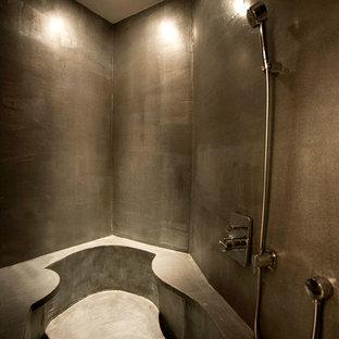 Ispirazione per una piccola sauna rustica con vasca ad alcova, pareti grigie, pavimento in cemento, pavimento grigio e top grigio