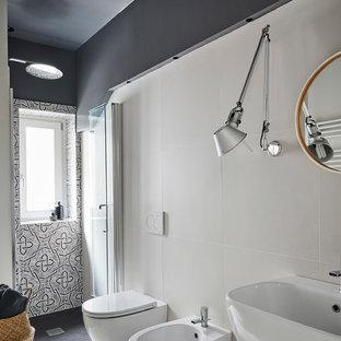 Ispirazione per una stanza da bagno con doccia design di medie dimensioni con doccia alcova, WC sospeso, pistrelle in bianco e nero, piastrelle in gres porcellanato, pareti nere, pavimento in gres porcellanato, lavabo sospeso, pavimento bianco e porta doccia a battente