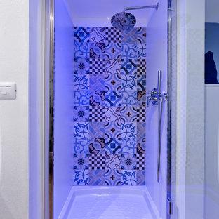 Esempio di una piccola stanza da bagno con doccia contemporanea con ante bianche, doccia alcova, WC a due pezzi, piastrelle multicolore, piastrelle in gres porcellanato, pareti bianche, parquet chiaro, lavabo a bacinella, top in legno, pavimento beige e porta doccia a battente