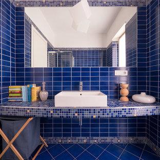 Un piccolo bagno tutto blu