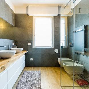 Idee per una stanza da bagno con doccia minimal di medie dimensioni con ante lisce, ante bianche, piastrelle grigie, pareti grigie, pavimento in legno massello medio, lavabo a bacinella, top in legno, pavimento beige, doccia ad angolo, WC sospeso e porta doccia a battente