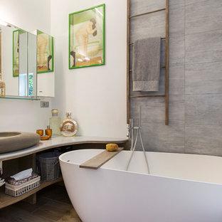 Idee per una stanza da bagno padronale etnica di medie dimensioni con nessun'anta, ante in legno scuro, vasca freestanding, vasca/doccia, lavabo a bacinella, doccia aperta, piastrelle grigie e pareti bianche