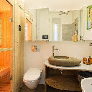 Mittelgroßes Asiatisches Badezimmer En Suite mit offenen Schränken, hellbraunen Holzschränken, freistehender Badewanne, Duschbadewanne, grauen Fliesen, weißer Wandfarbe, Aufsatzwaschbecken und offener Dusche in Mailand