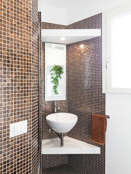 Piccolo bagno con piastrelle marroni - Foto, Idee, Arredamento