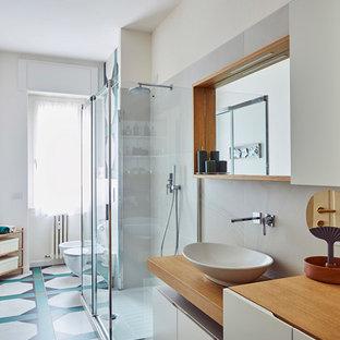 Foto di una grande stanza da bagno contemporanea con ante lisce, ante bianche, pareti bianche, pavimento con piastrelle in ceramica, lavabo a bacinella, top in legno, pavimento multicolore, piastrelle verdi, porta doccia a battente e top marrone