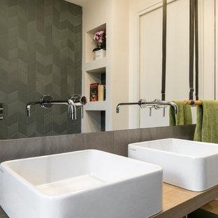 Immagine di una grande stanza da bagno contemporanea con ante in legno chiaro, piastrelle in gres porcellanato, lavabo a bacinella, top in legno, top beige e pareti grigie