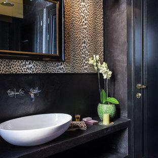 Ejemplo de cuarto de baño ecléctico con paredes negras, suelo de madera en tonos medios y lavabo sobreencimera