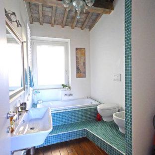 Foto di una stanza da bagno padronale mediterranea con vasca da incasso, piastrelle verdi, piastrelle blu, lavabo sospeso, bidè, pareti bianche, parquet scuro e pavimento marrone