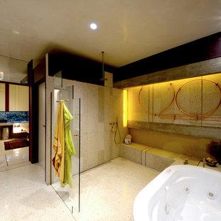 Idee per una grande stanza da bagno padronale minimalista con ante di vetro, ante in legno scuro, vasca idromassaggio, doccia a filo pavimento, WC a due pezzi, piastrelle di cemento, pareti viola, pavimento in marmo, lavabo integrato e top alla veneziana