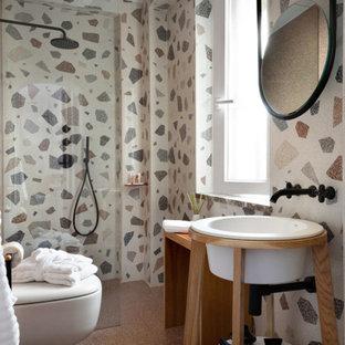 Idee per una stanza da bagno contemporanea con doccia a filo pavimento, piastrelle multicolore, lavabo da incasso, pavimento grigio e doccia aperta