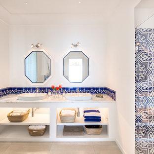 Idee per una stanza da bagno marinara con nessun'anta, ante bianche, piastrelle bianche, piastrelle blu, pareti bianche, lavabo a bacinella, pavimento beige e top grigio