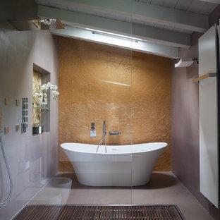 Foto di una stanza da bagno con doccia minimal con pareti grigie, pavimento in cemento, pavimento grigio, vasca freestanding, doccia a filo pavimento e doccia aperta