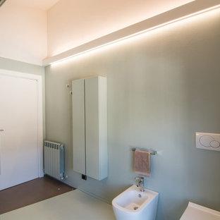 Ispirazione per una grande stanza da bagno con doccia minimal con ante lisce, ante verdi, doccia doppia, WC a due pezzi, piastrelle verdi, pareti verdi, pavimento in cemento, lavabo a bacinella, top in cemento, pavimento verde, porta doccia scorrevole e top turchese