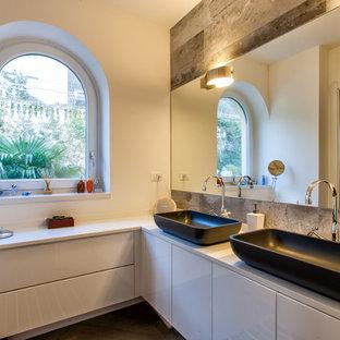 Foto di una stanza da bagno padronale minimalista di medie dimensioni con ante lisce, ante bianche, pareti bianche e lavabo a bacinella
