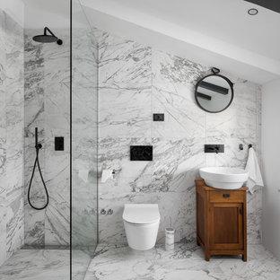 Cette Photo Montre Une Salle De Bain Méditerranéenne Avec Un Placard à  Porte Shaker, Des