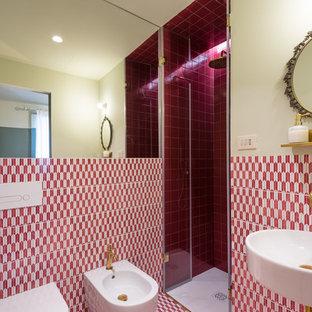 Idee per una grande stanza da bagno con doccia mediterranea con piastrelle multicolore, piastrelle rosse, piastrelle bianche, doccia alcova, bidè, pareti multicolore, lavabo sospeso e porta doccia a battente