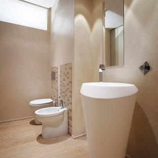 Esempio di una grande stanza da bagno minimal con pareti beige, pavimento in gres porcellanato, lavabo a colonna, piastrelle beige e piastrelle in ceramica