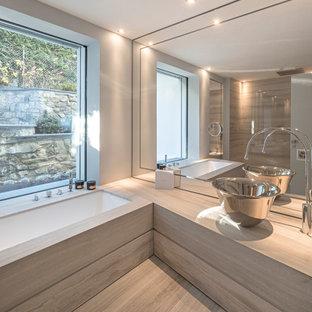Idee per una stanza da bagno padronale minimal con vasca sottopiano, pavimento in marmo, top in marmo, un lavabo, pareti grigie, lavabo a bacinella, pavimento grigio e top grigio