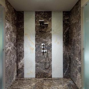 Esempio di una stanza da bagno design con doccia aperta, piastrelle marroni, pavimento marrone e doccia aperta