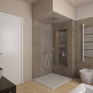 ヴェネツィアの中くらいのモダンスタイルのおしゃれなマスターバスルーム (フラットパネル扉のキャビネット、濃色木目調キャビネット、分離型トイレ、茶色いタイル、磁器タイル、木製洗面台、ブラウンの洗面カウンター、フローティング洗面台、置き型浴槽、コーナー設置型シャワー、ベージュの壁、磁器タイルの床、ベッセル式洗面器、ベージュの床、開き戸のシャワー、ニッチ、洗面台1つ、折り上げ天井) の写真