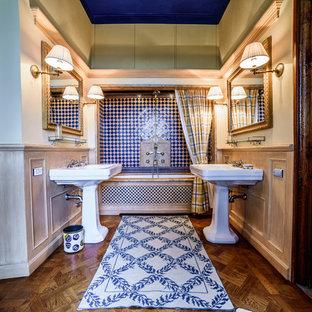 Ispirazione per una stanza da bagno mediterranea con lavabo a colonna, vasca ad alcova, vasca/doccia, piastrelle blu, piastrelle multicolore, piastrelle bianche e pareti bianche